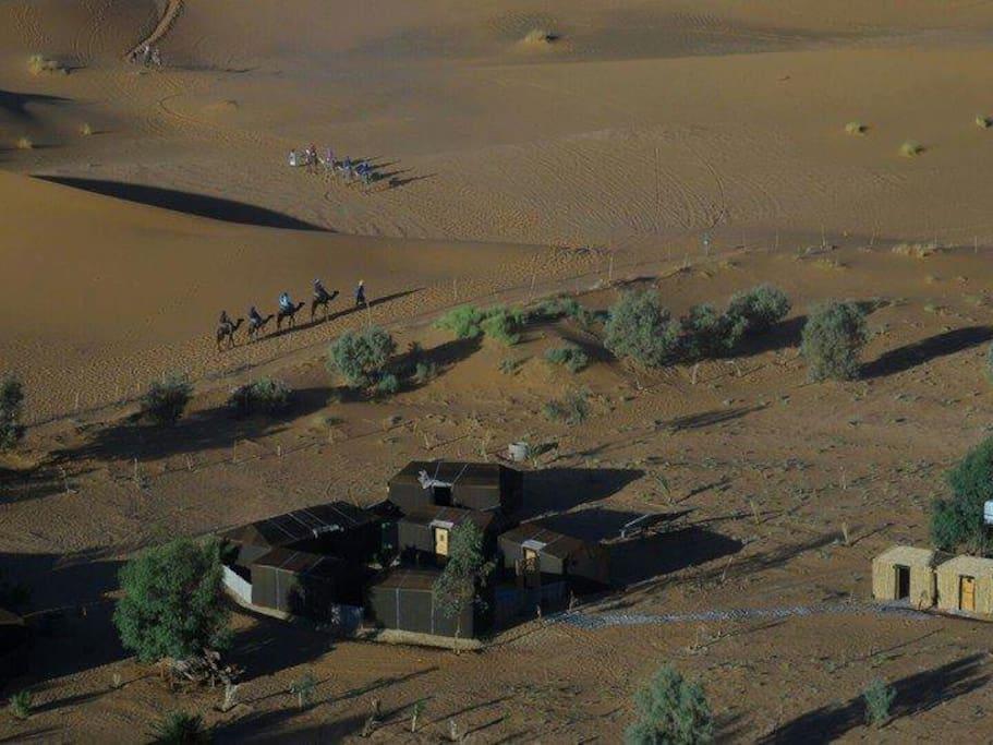 Vista aerea del campamento en el centro de las grandes dunas