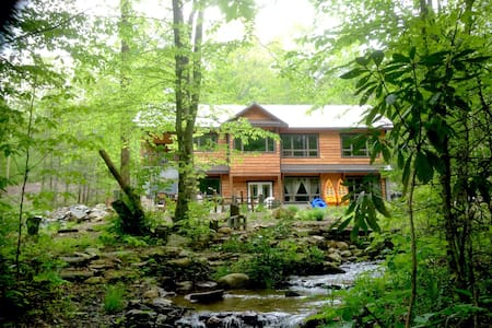Creekside Luxury Mountain Farmhouse - Green Mountain
