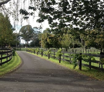 Convenient midway country house - Tamahere - Huis