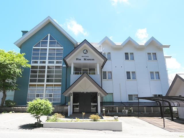 芦ノ湖を見渡せる高台に位置するホテルラクーン。