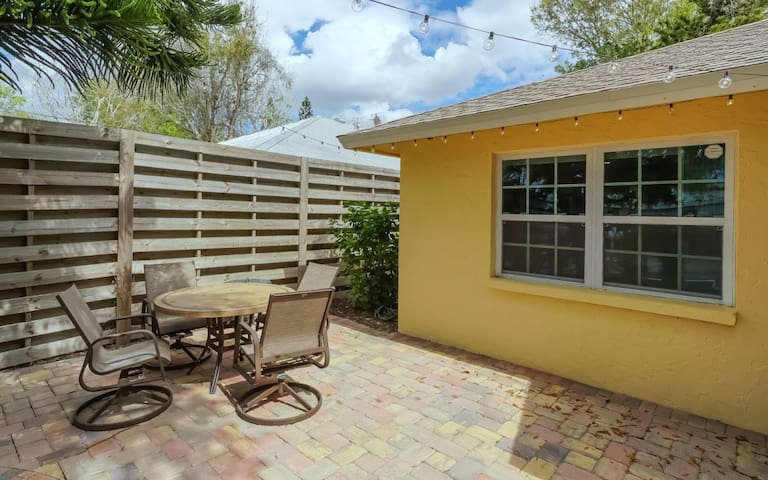 Lovely ❤ Cottage near the Beach & Downtown SRQ.