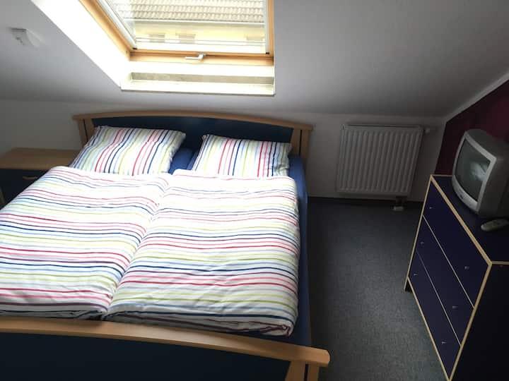 DG - Zimmer mit eigenem Bad und Flur