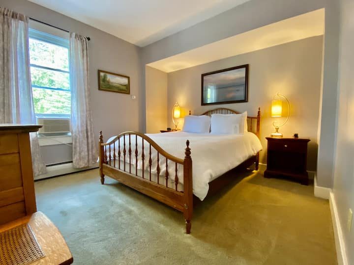 Chimney Hill Room  @ The Wilmington Inn- Breakfast Included & downtown Wilmington location!