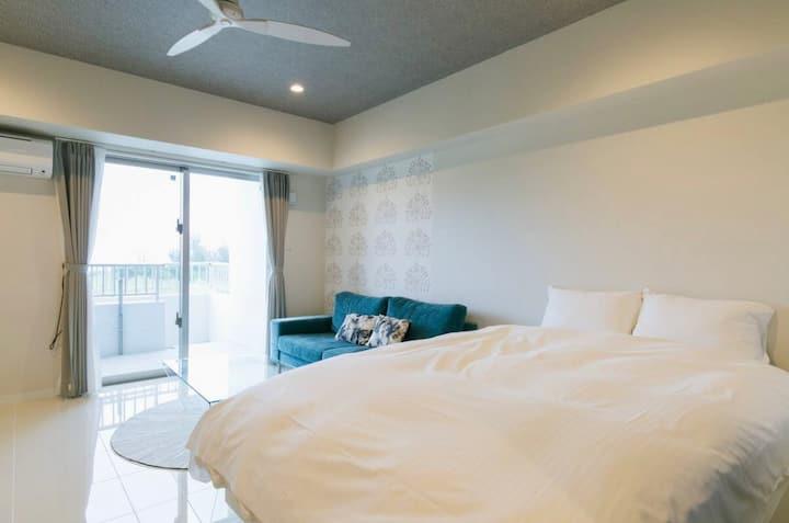 爽やかなブルーの家具が、真栄田岬の海と空に溶け込みます!「ロンバケ沖縄」