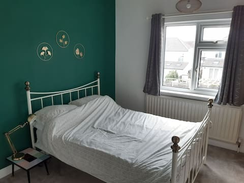 Lovely double room in a clean and spacious house.