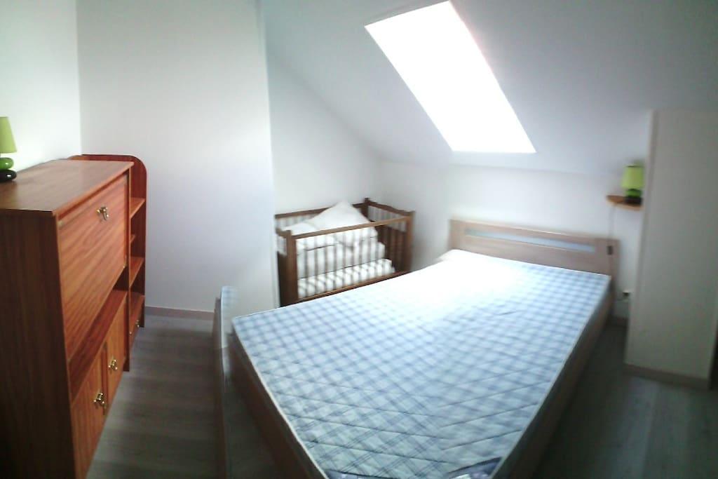 chambre 1 grand lit + 1 lit bb