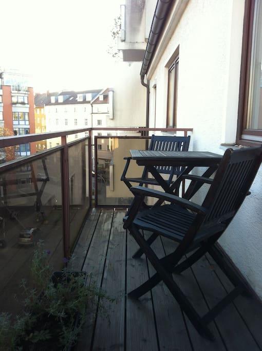 Entspannt Kaffee trinken. Großer Balkon mit Morgensonne.