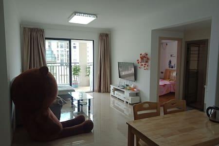 临近万达广场直线200米   三室两厅万事达成山景房。