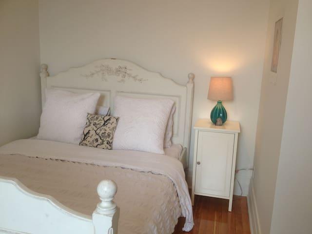 Cozy Shabby Chic Private Room in Quaint Apartment - Montréal - Lägenhet