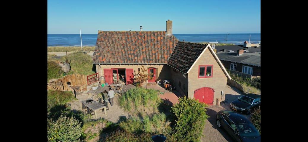 Villa met zeezicht op steenworp afstand van strand