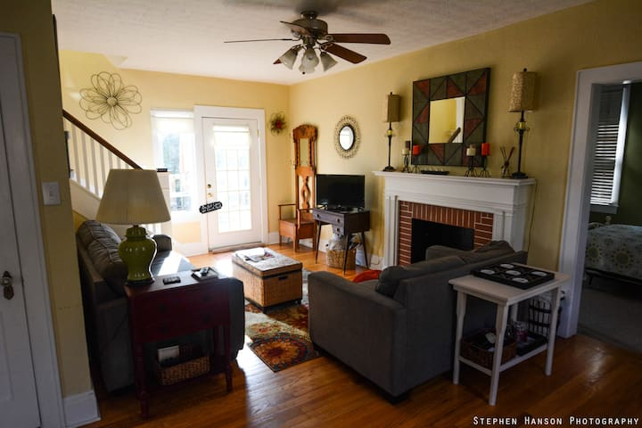Convenient, Cute Home Minutes from I64 and Airport