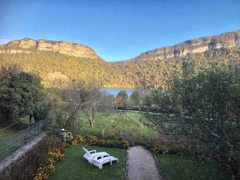 Gîte vue sur le lac de Coiselet au calme du Jura