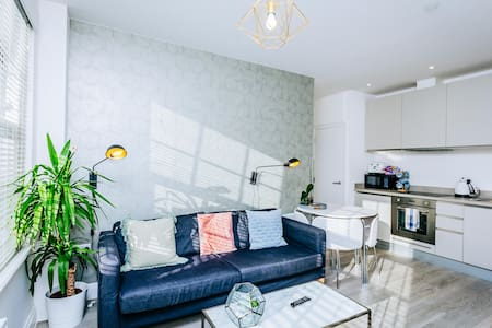 Beautiful Central Apartment - Free Secure Parking!