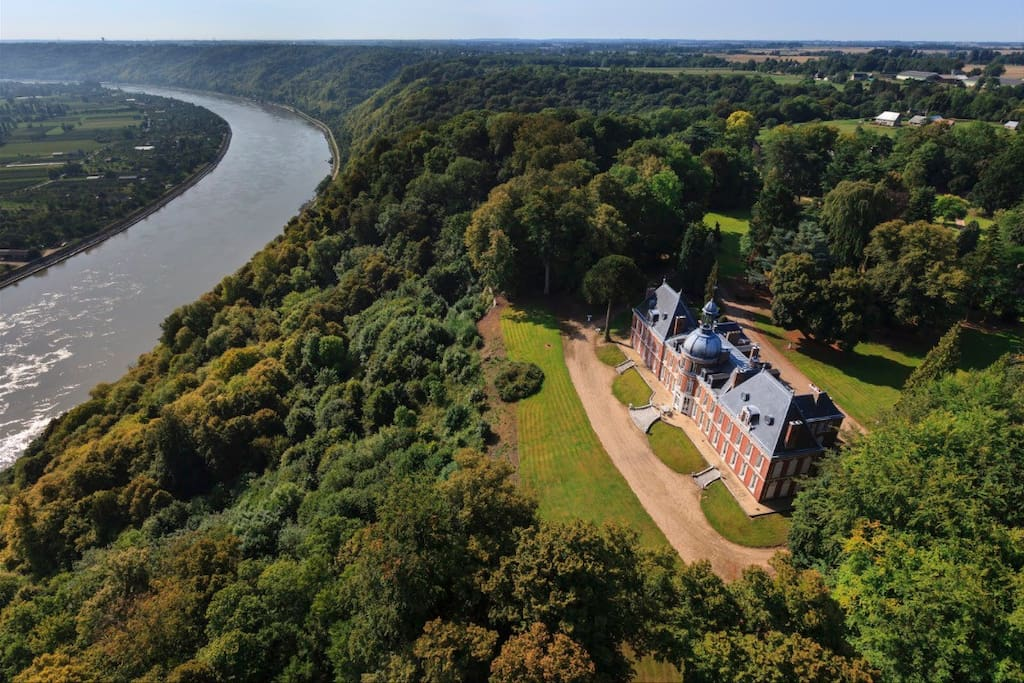 Dans le parc du chateau surplombant la vallée de la Seine , ma maison est a 100 mètres du chateau