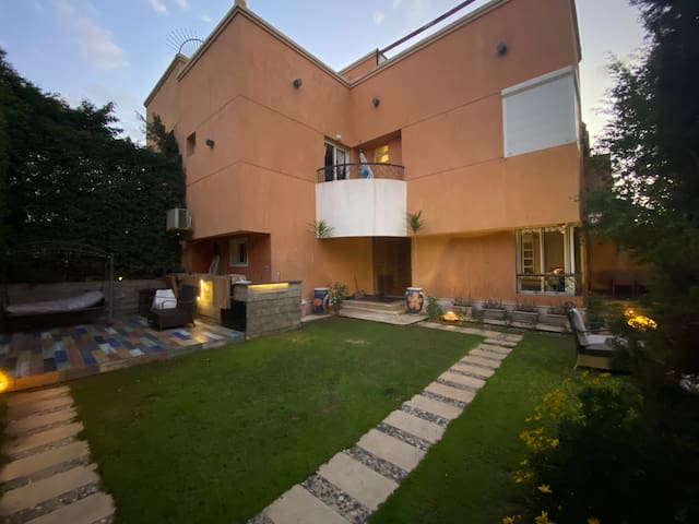 Luxurious Villa Rehab City, 10 mins from Airport