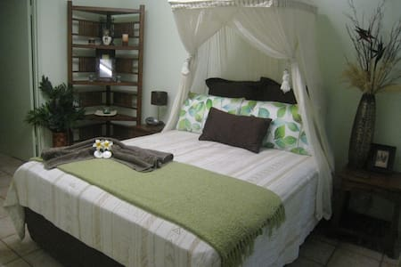 Palmerston Retreat -  2Brm Private Poolside Suite - Bed & Breakfast