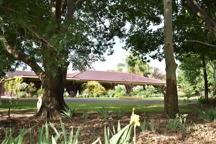 Large guest suite with garden views in Narrabri