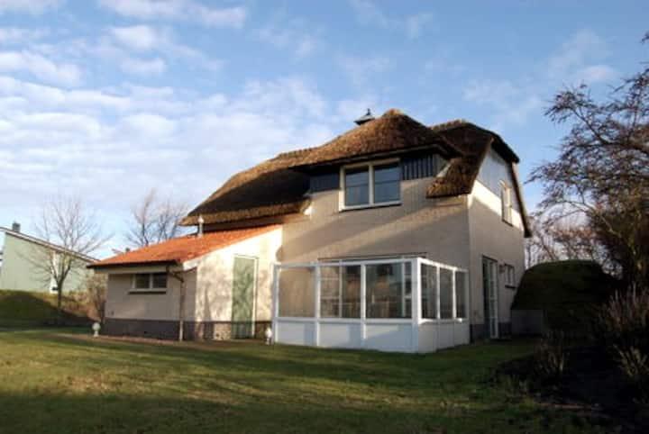 luxe villa met haard, sauna en fietsen in Makkum.