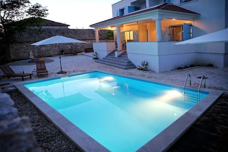 6 bedroom villa with pool for 12 person near Zadar - Nin