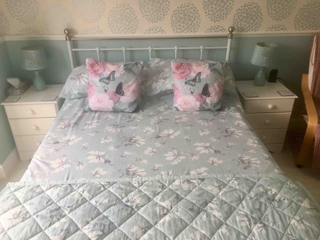 Quality bed linen linen and the option of 4.5 or 10.5 tog duvet with cosy cushions