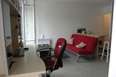 Modern studio across the Seine-10 mn from Paris! - Apartemen