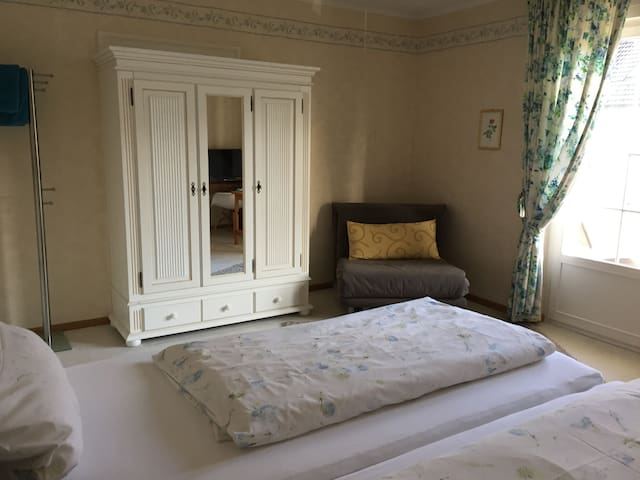 Gästehaus am Weiher, (Weil am Rhein), Doppelzimmer mit Flachbild TV und Etagenbad