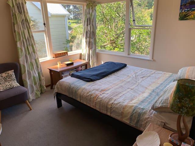 Main bedroom (Queen bed), gets morning sun