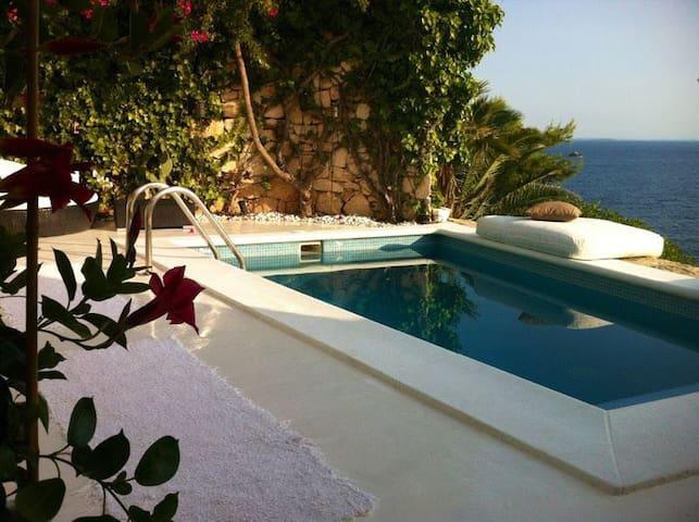 Tranquila casa con piscina y vistas al mar