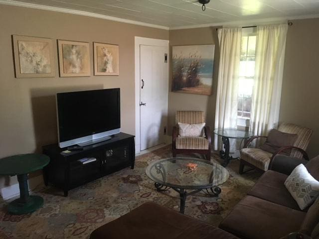 Living room, cable, wifi & netflix!