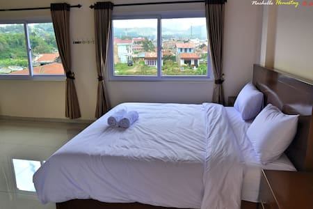 Super King Size bed with view - Berastagi - Bed & Breakfast
