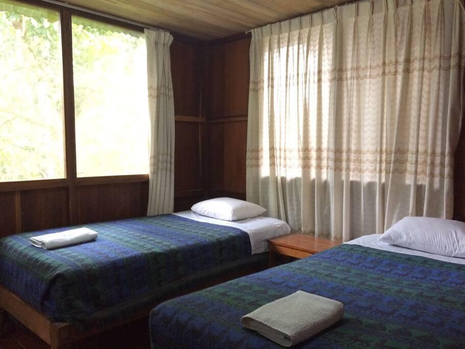Habitaciones de dos camas de plaza y media