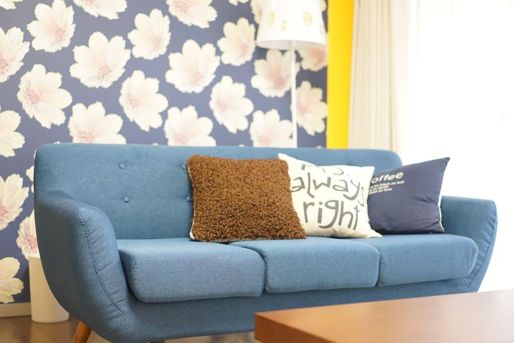 3人掛けソファー。しっかりとお日様が入り、明るいリビングです。/Sofa