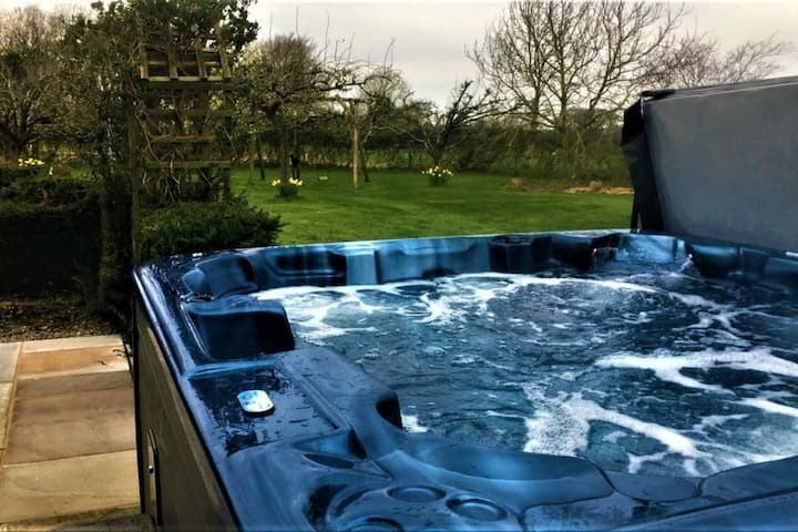 Lakeside House, sleeps 10 with fab views & Hottub nr lake District