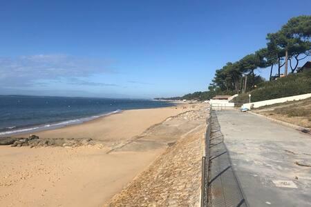 La maison de la plage avec deux vélos