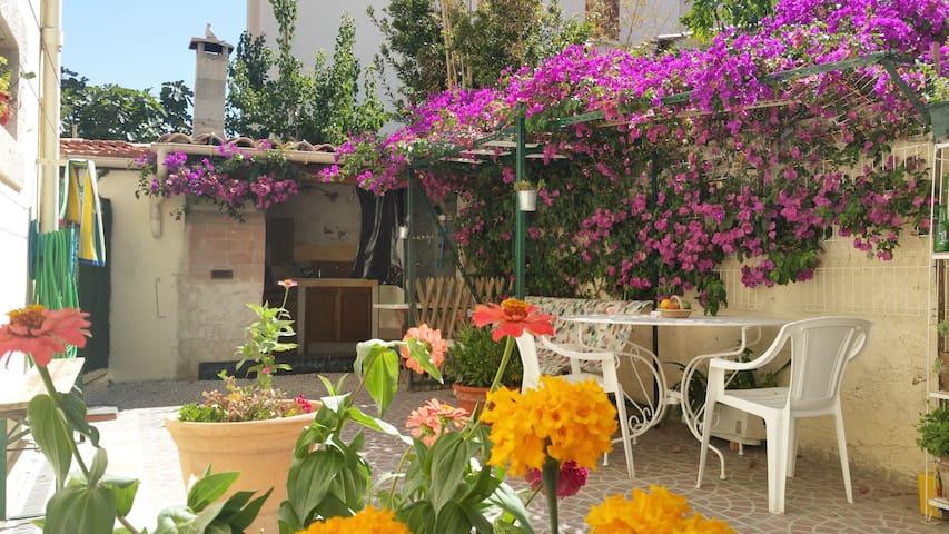 Logement calme, proche mer, grde terrasse barbecue - Marselha - Apartamento