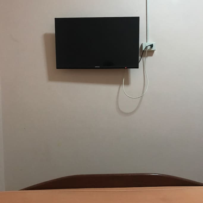 TV with cable channels available