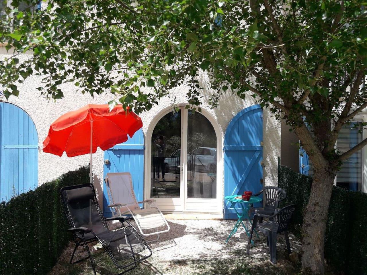 Jardinet de 25m2 clôturé devant l'entrée de l'appartement indépendant et de plein pied. Vous pouvez manger à l'extérieur à l'ombre d'un arbre. Un barbecue électrique est à disposition.