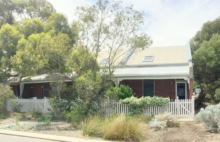 South Beach Cottage - Fab location -458 South Tce