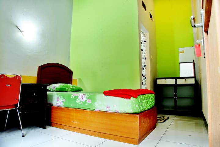 Wisma Hargo - Cozy Private Room with Bathroom & AC