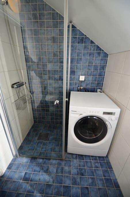 Gemensamt badrum på våning 2 utrustat med toalett, handfat, dusch och tvättmaskin. Torkställning finns att låna