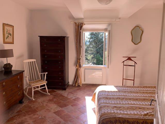 La chambre provençale est spacieuse et agréable et la vue dégagée sur la campagne provençale