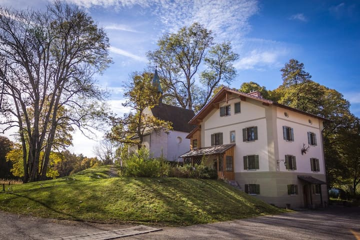 """Elegant Apartment """"Försterstüberl"""" with Wi-Fi and Large Garden; Parking Available"""