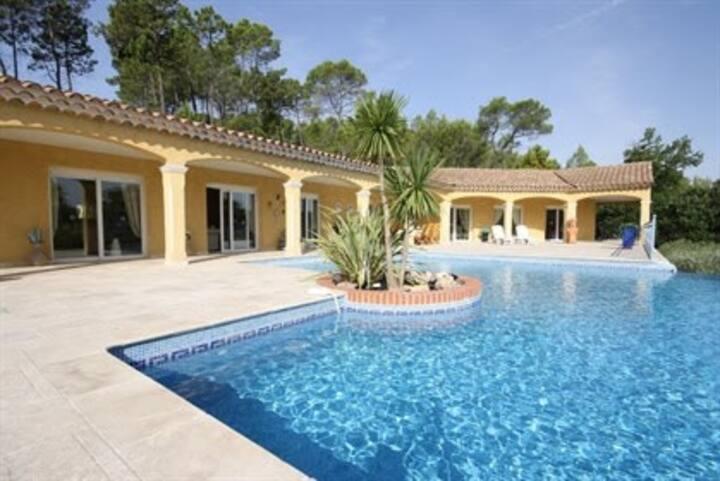 villa de plain pied avec piscine a débordement