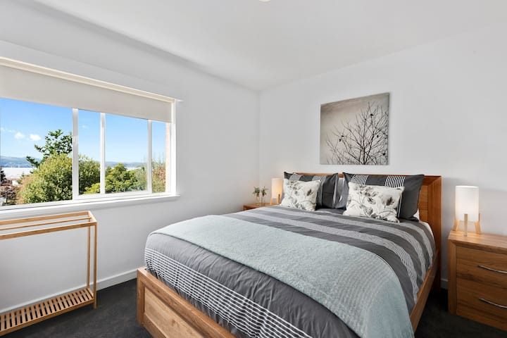 Renovated unit in leafy surrounds close to shops