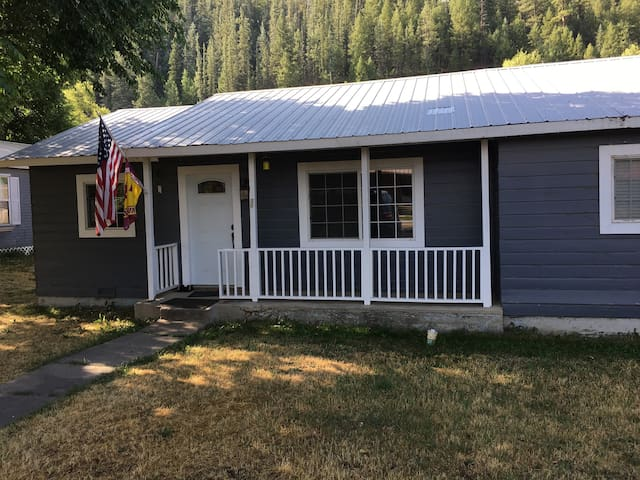 Cozy Two Bedroom Riverfront House