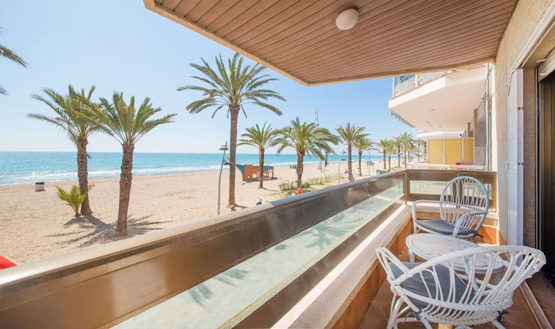 R61. Beachfront Apartment for 6 people. - Calafell - Hus