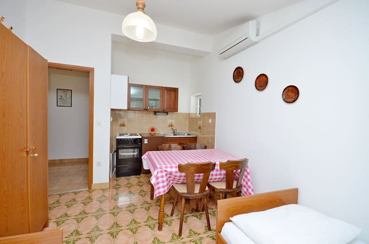 One bedroom Apartment, 100m from city center, beachfront in Jadrtovac