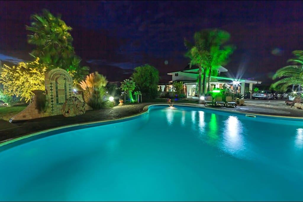 La suggestiva piscina di sera