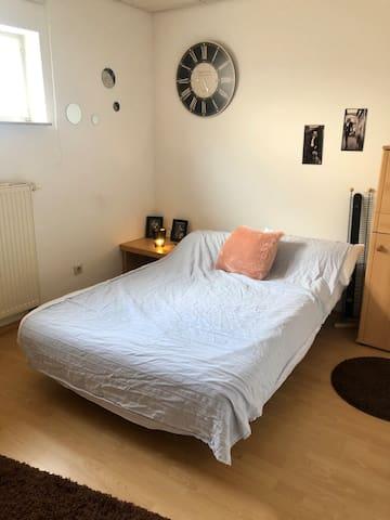 Schlafzimmer (Bett 1,40 x 2 m)