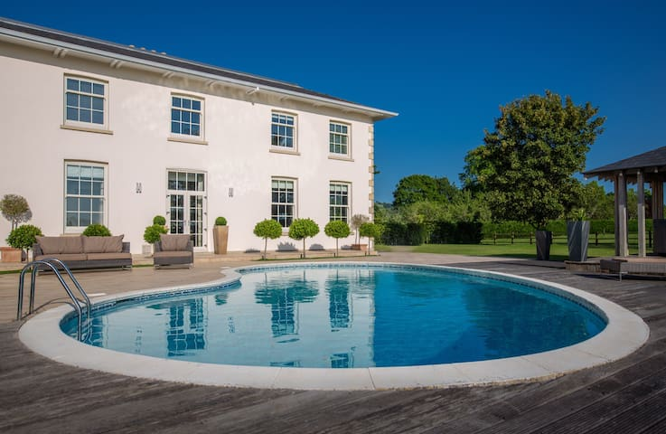 Avon Farm House - Pool - Hot tub - BBQ area - 5 ⭐️